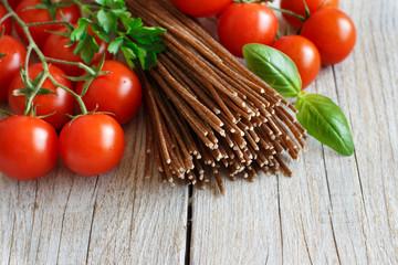 Wholegrain rye spaghetti, tomatoes and herbs
