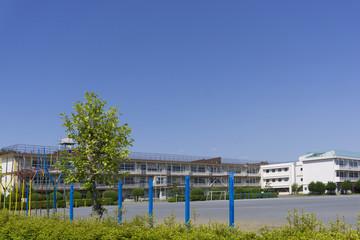 建物 学校校舎 イメージ 遊具 グラウンド 緑 快晴 青空