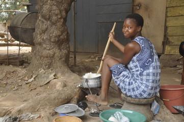 Afrikanische Frau bereitet das Essen zu