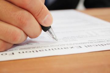 問診票、カウンセリングシートの記入 Filing a form of medical examination