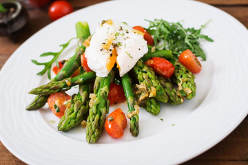 Salad of asparagus, tomatoes and poached egg