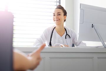 Obraz Rozmowa lekarza z pacjentem.Lekarz rozmawia z pacjentem w gabinecie lekarskim - fototapety do salonu