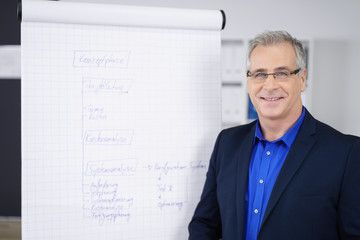 lächelnder mann hält einen vortrag im büro