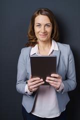 lächelnde geschäftsfrau mit tablet-pc
