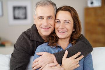 sympathische ehepaar umarmt sich