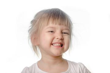 маленькая девочка делает хитрое лицо на белом фоне