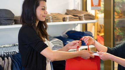 Einzelhandel - Frau bezahlt Ihren Einkauf mit einer Kreditkarte