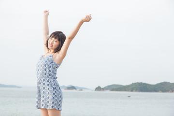 海で開放的な女性