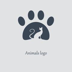 Силуэт кошки в лапе. Логотип ветеринарной клиники. Векторное изображение.