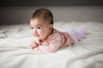 portret surprised baby in bed