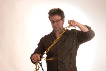 Mann mit Brille entknotet Kette