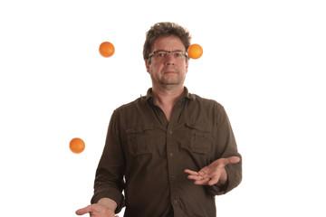 Mann jongliert mit drei Bällen