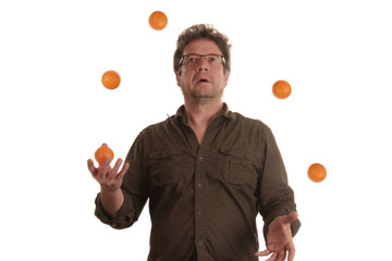 Mann jongliert mit fünf Bällen