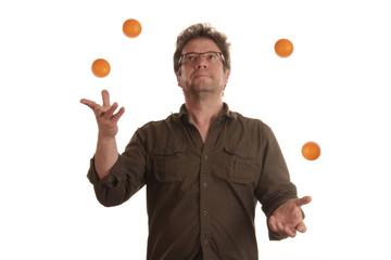Jonglierender Mann mit vier Bällen
