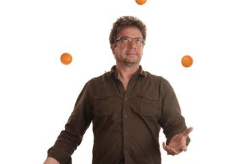 Mann jongliert und blickt nach oben