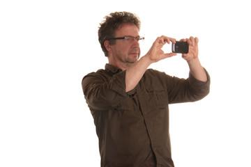 Mann fotografiert mit Mobiltelefon