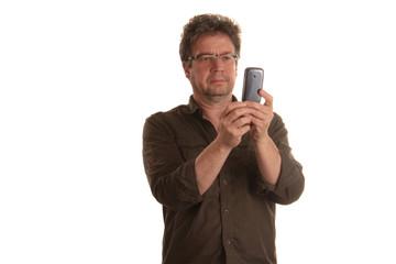 Mann mit Mobiltelefon fotografiert