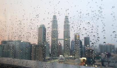 Fotomurales - Twin Towers in Kuala Lumpur an einem verregnetem Nachmittag