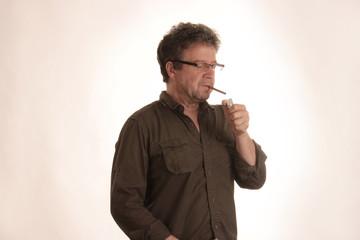 Raucher zündet sich Zigarillo an