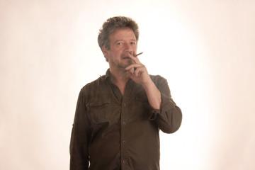 Raucher steht im Qualm