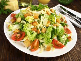 Gemischter Salat mit Croutons und Käse
