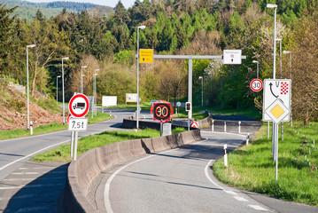 Notfallspur und Schikane an der Gefällestrecke von Herborn in Hessen