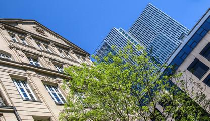 Altbau und Wolkenkratzer
