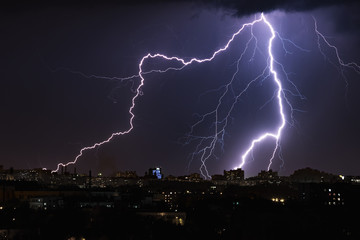 Photo sur cadre textile Tempete Lightning storm over night city