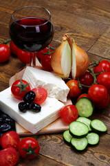 Feta formaggio greco con ingredienti per insalata greca