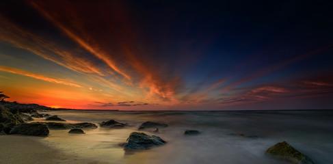 Niesamowity zachód słońca nad morzem