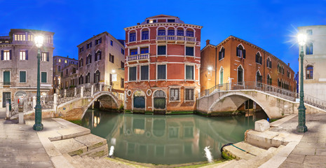 Fototapete - Two brodges and red mansion in the evening, Venice