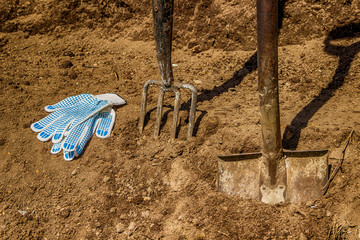 Shovel pitchfork gloves in black soil