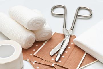 Pflaster, Verbandsrolle und Schere