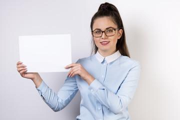 Fototapeta Młoda uśmiechnięta dziewczyna pokazująca informacje na karcie obraz