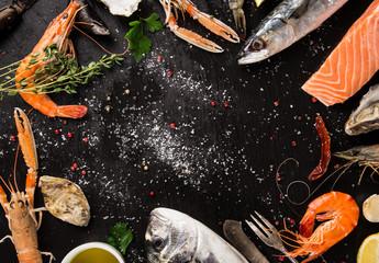 Photo sur Plexiglas Coquillage Fresh seafood on black stone.