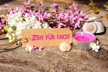 """Spa - Judasbaumzweig mit Schneckenhäuser, Teelicht und Schildchen mit der Aufschrift """"Zeit für mich"""""""