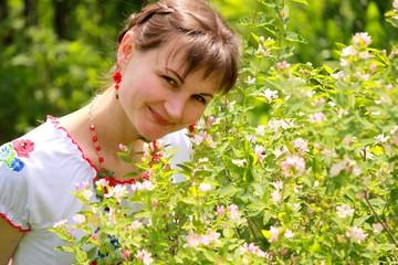 Девушка у цветущей жимолости