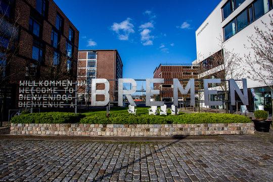 """Schriftzug """"Bremen"""" in der Überseestadt von Bremen"""