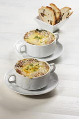französische Zwiebelsuppe in Suppentassen