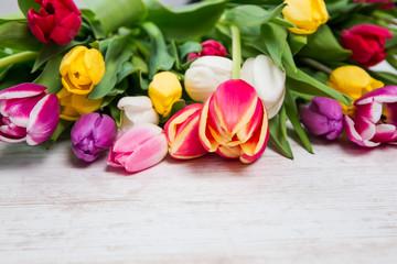 Tulpen Blumenestrauß auf einem Holztisch