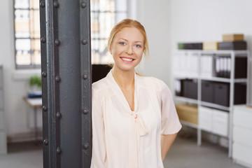 junge lächelnde mitarbeiterin im büro