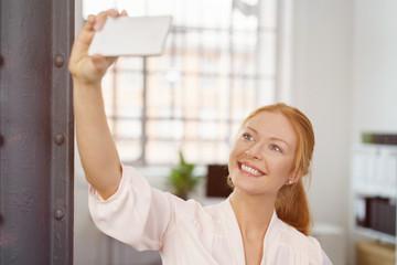 frau macht ein selfie mit ihrem handy