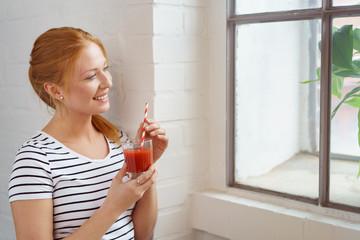frau trinkt einen tomatensaft