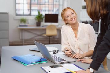 gespräch mit einer mitarbeiterin
