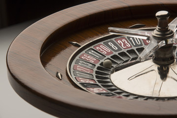 Dettaglio di roulette in legno vista in controluce