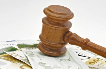 Geldscheine und Richterhammer