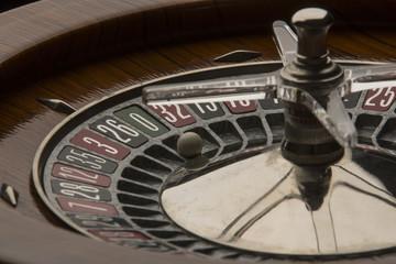 Dettaglio di roulette da gioco con pallina sul numero 0
