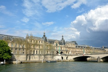 Le Louvre vu depuis la Seine à Paris