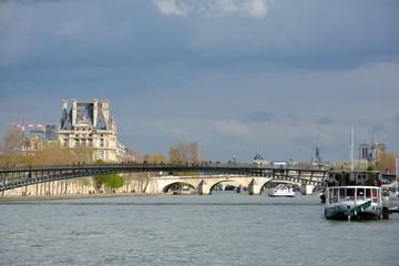 Les quais et la passerelle Léopold-Sédar Senghor depuis la Seine à Paris