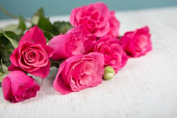Rosen Blumenstrauß auf einem Holztisch